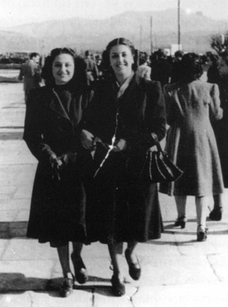 Μετά τον πόλεμο, περίπατος στην παραλία του Ναυπλίου. Ε. Μιχελάκη και φίλη της. Δεκαετία του '40. Αρχείο οικογένειας Μιχελάκη, εμπόρου