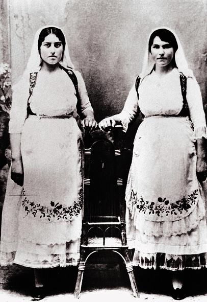Φωτογραφία αρραβώνων της Γεωργίας Οικονόμου με φορεσιές νεοτέρου τύπου από τα Αθίκια Κορινθίας. Αρχές 20ου αι.